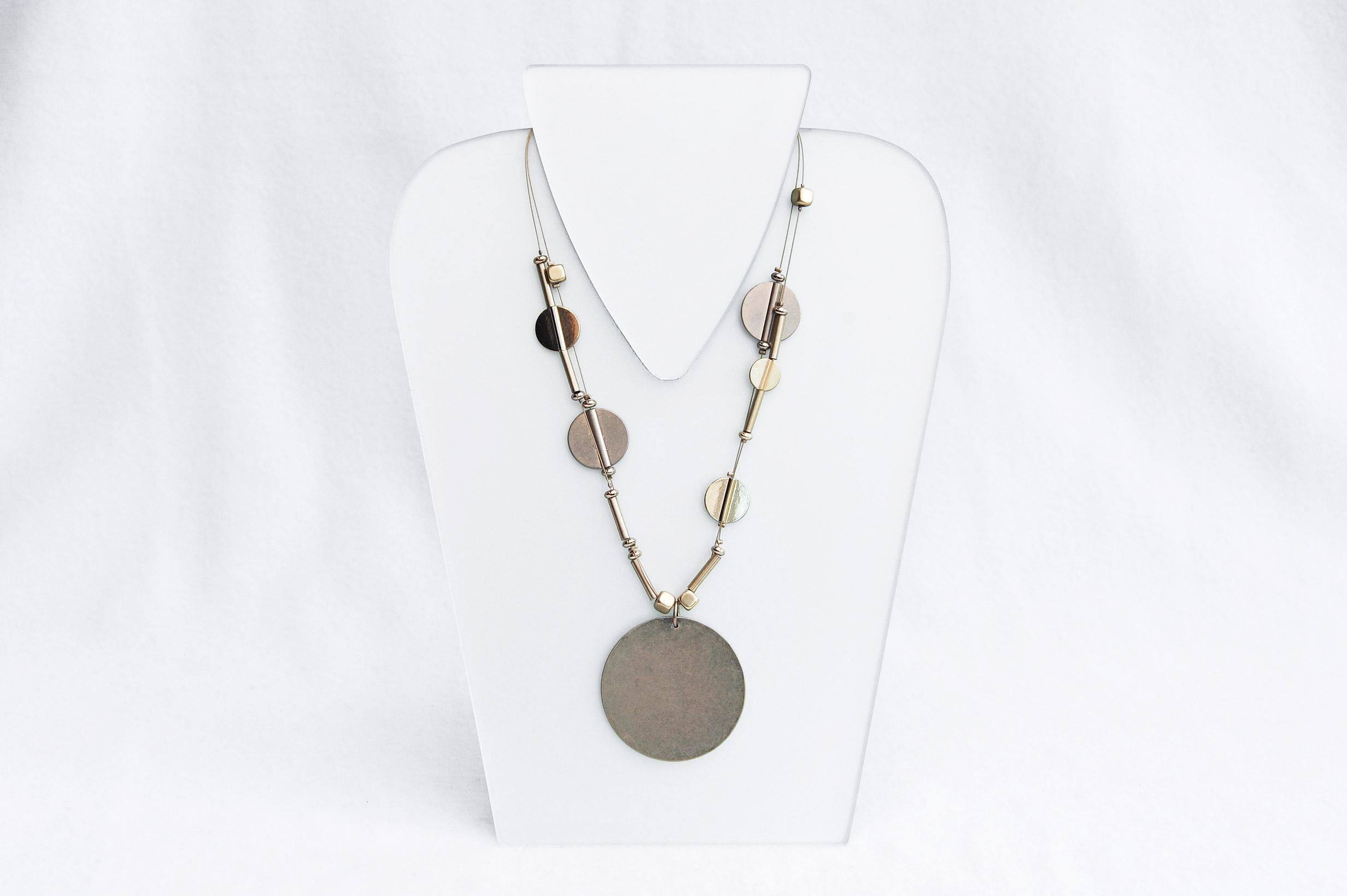 Kovový náhrdelník planety. Design Providence Rhode Island USA